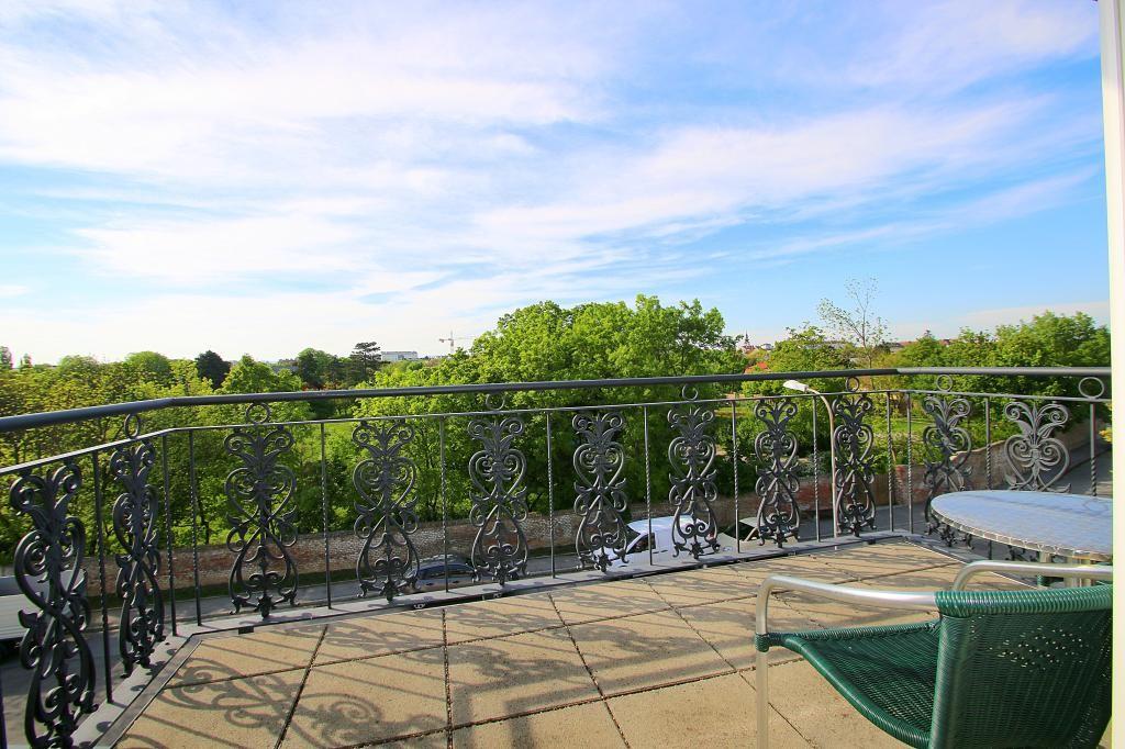 Toplage mit Weitblick. Großzügige Wohnung mit Terrasse und Garagenplatz. Niedrigenergie Bauweise