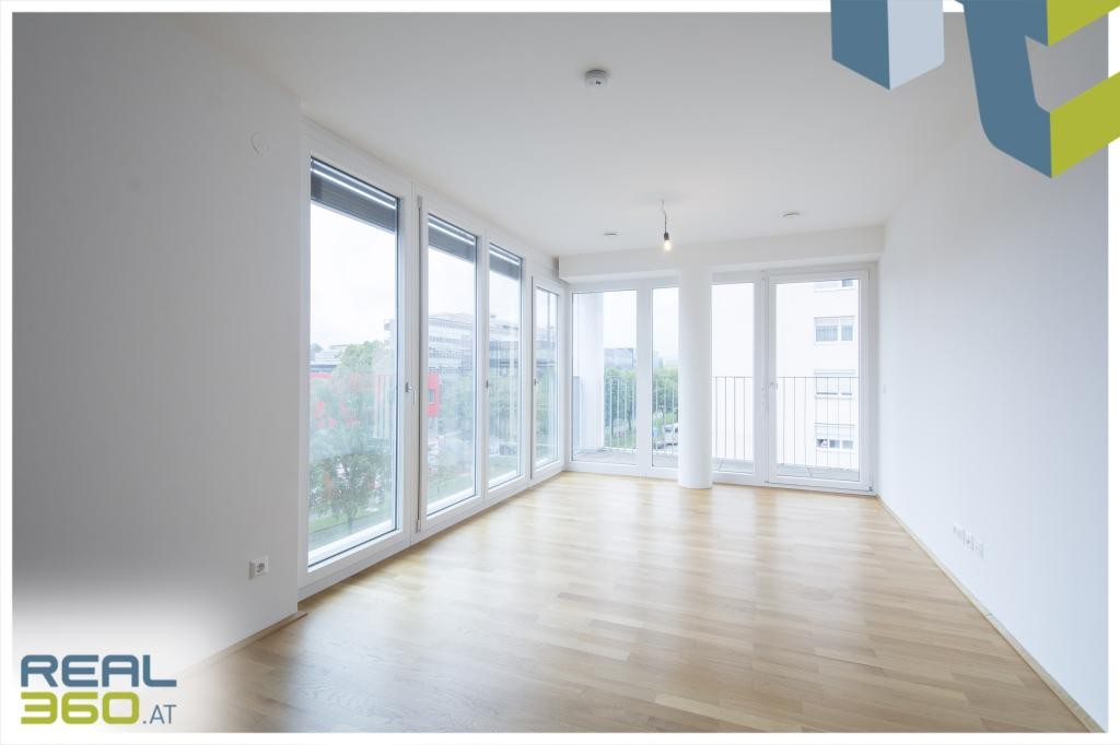 Heller Wohnraum mit Terrasse