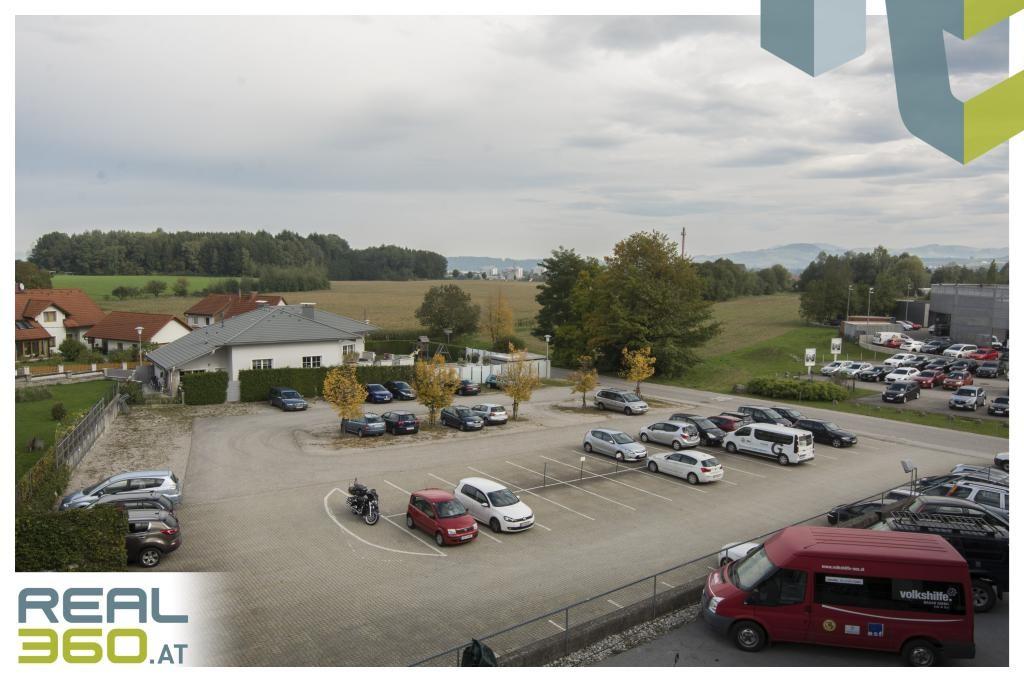 Parkplätze hinter dem Gebäude