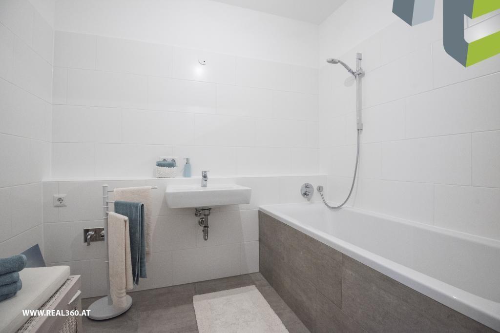 Badezimmer mit Badewanne I - Musterfoto