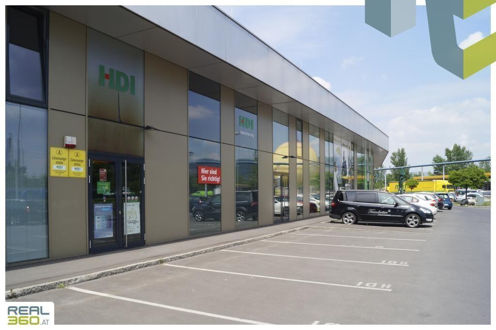 Außenansicht mit zahlreichend Parkplätzen II