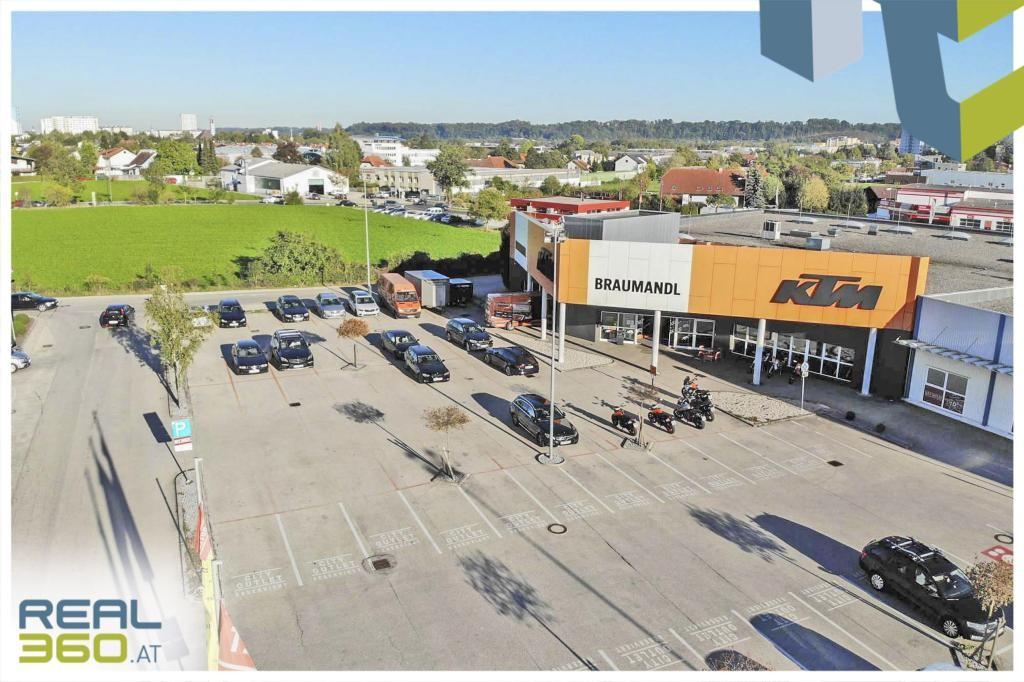 Freifläche vor dem Objekt mit Kundenparkplätze