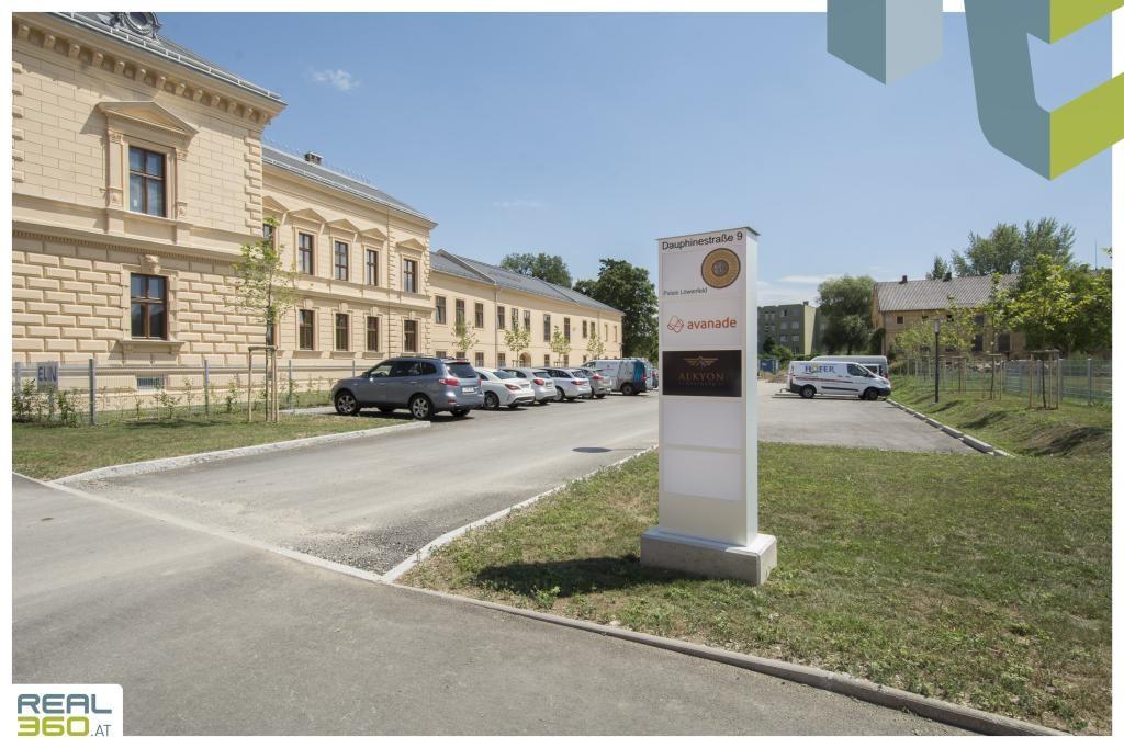 Zahlreiche Parkmöglichkeiten vor dem Gebäude