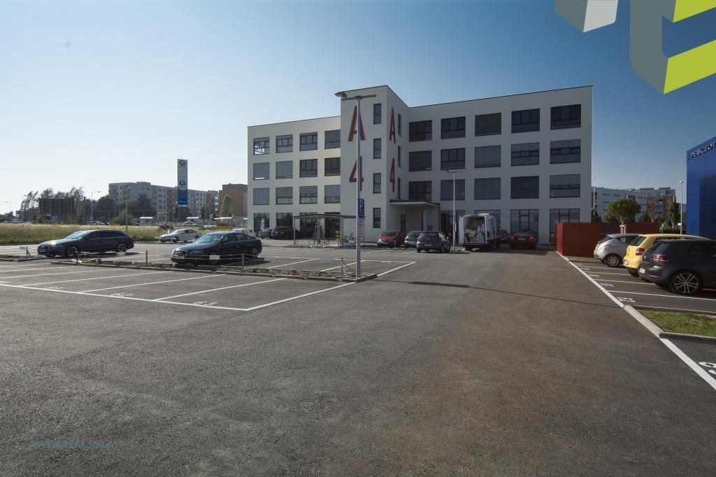 Außenansicht IV Gebäude mit Parkplätze