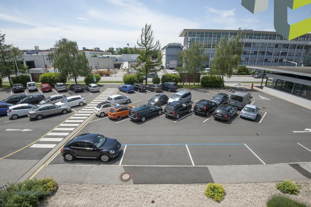 Parkplätze vorm Bürogebäude