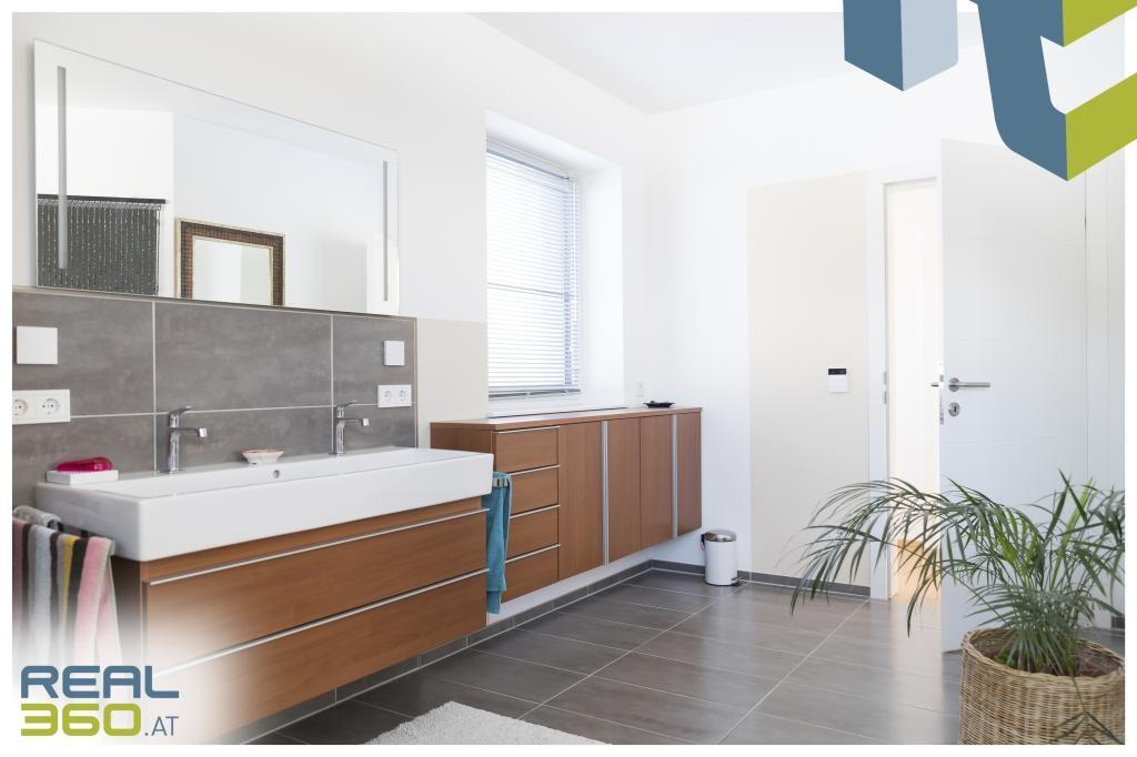 Großes, helles Badezimmer