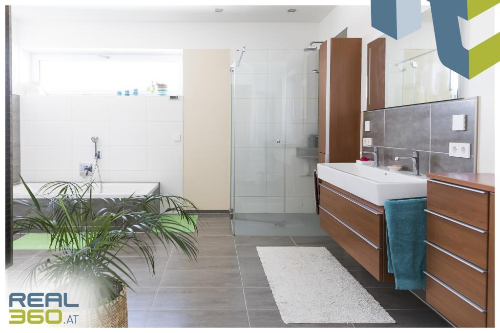 Großes, helles Badezimmer mit Dusche und Badewanne