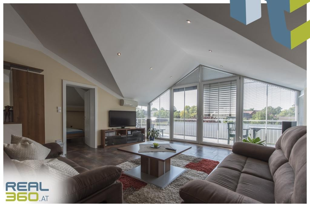 Wohnzimmer mit Glasfront in der DG-Wohung
