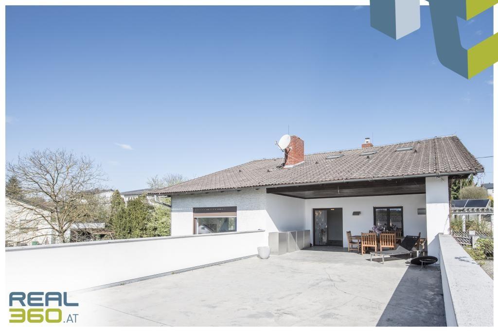 Große sonnige Terrasse auf der Wohnebene