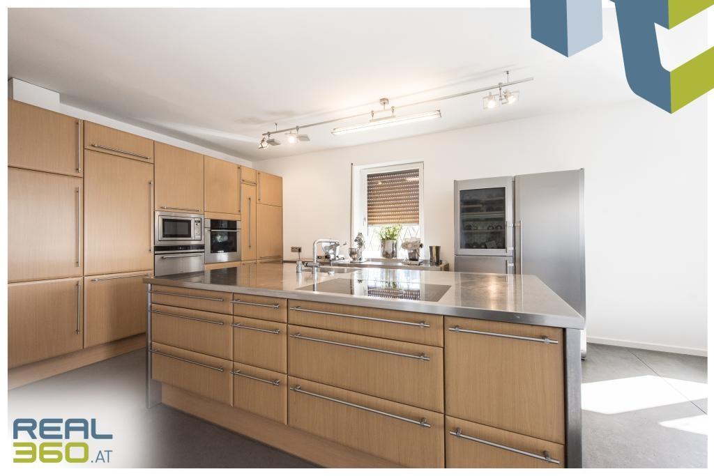 Küche mit Edelstahlarbeitsfläche