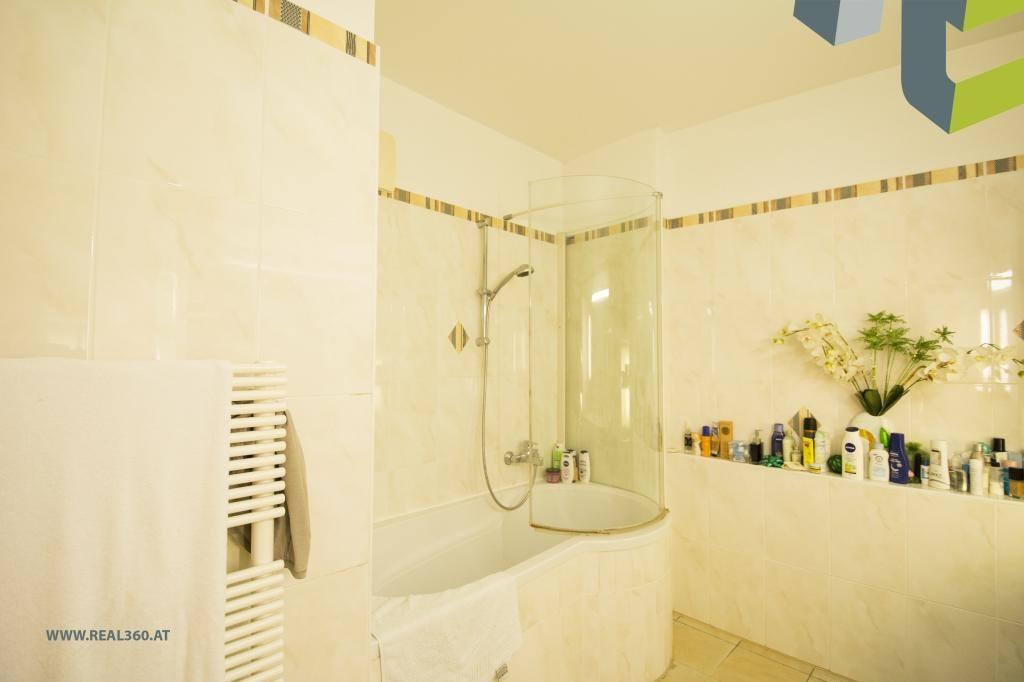 Badezimmer mit Badewanne und Duschvorrichtung