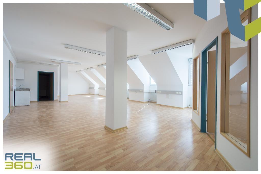 Helles Großraumbüro mit integrierter Teeküche