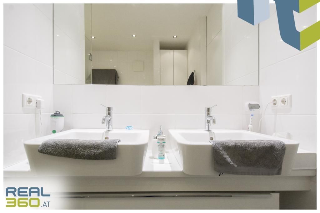Badezimmer mit Doppelwaschbecken IIII